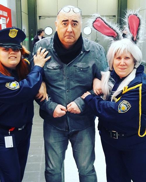 Miguel Diaz Vizoso auf der MCC18 (Der mit den Schlümpfen) wird abgeführt von zwei Cops in Cosplay mit Hasenohren